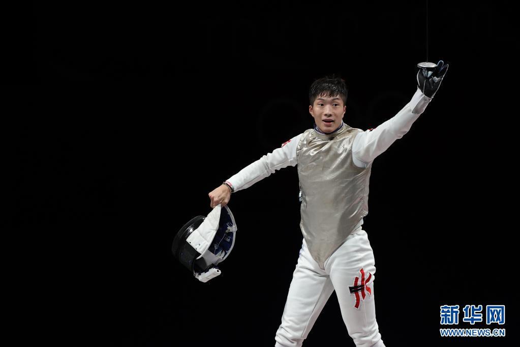 7月26日,中国香港选手张家朗在比赛后庆祝夺冠。