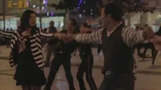 當一個農村女孩,在雨中跳起廣場舞