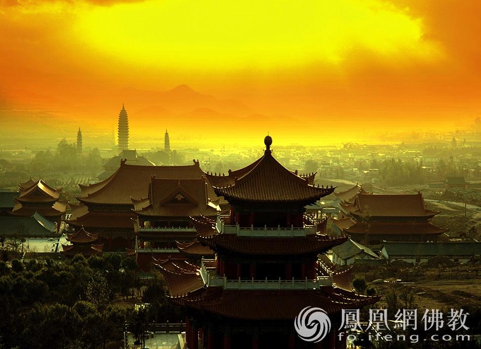 沐浴在晚霞中的大理崇圣寺(图片来源:凤凰网佛教 摄影:丹珍旺姆)