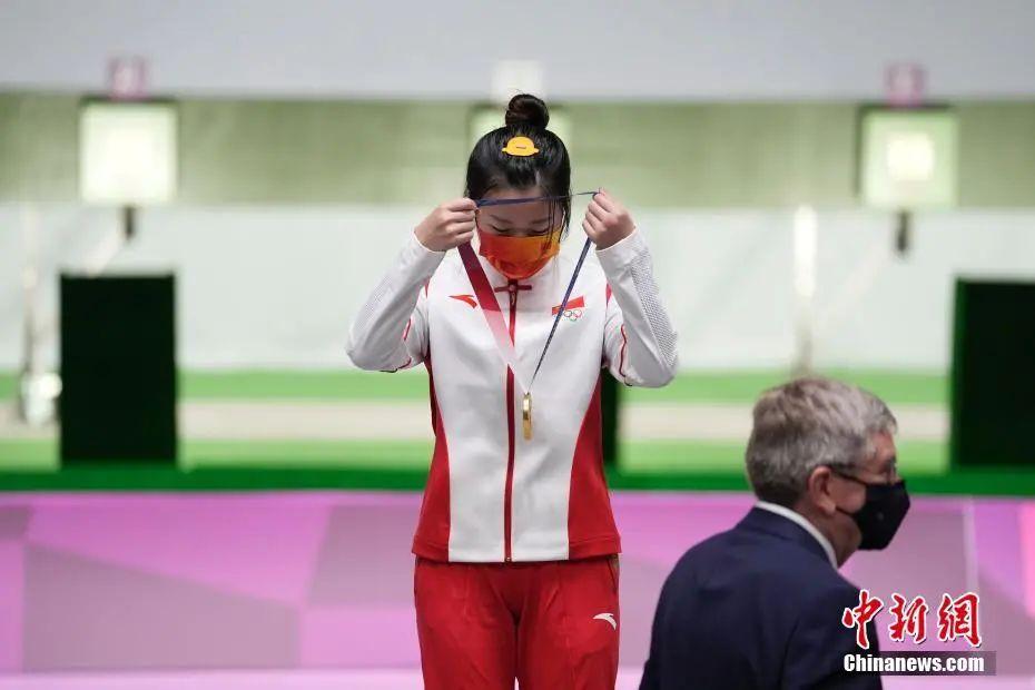 图为杨倩戴上奥运金牌。中新社记者 杜洋 摄