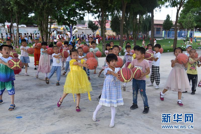 河畔镇中心幼儿园在进行室外课程 崔翰超 摄