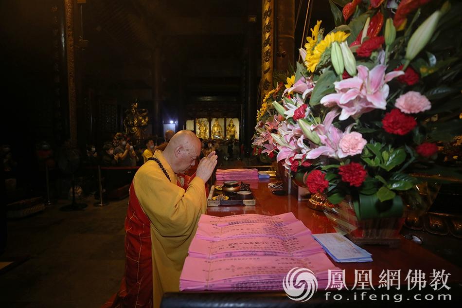 7月28日(农历六月十九)早课,道慈大和尚拈香主法。(图片来源:凤凰网佛教 摄影:普陀山佛教协会)