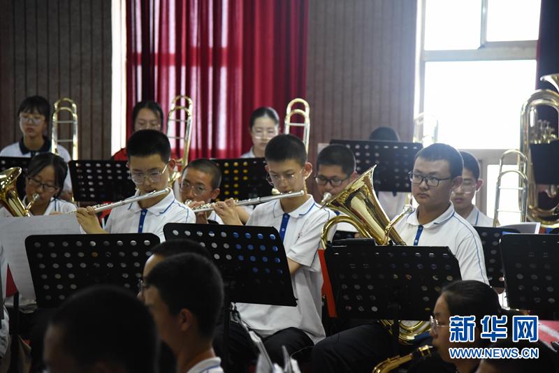 会宁县会师中学的管乐团在进行排练 崔翰超 摄