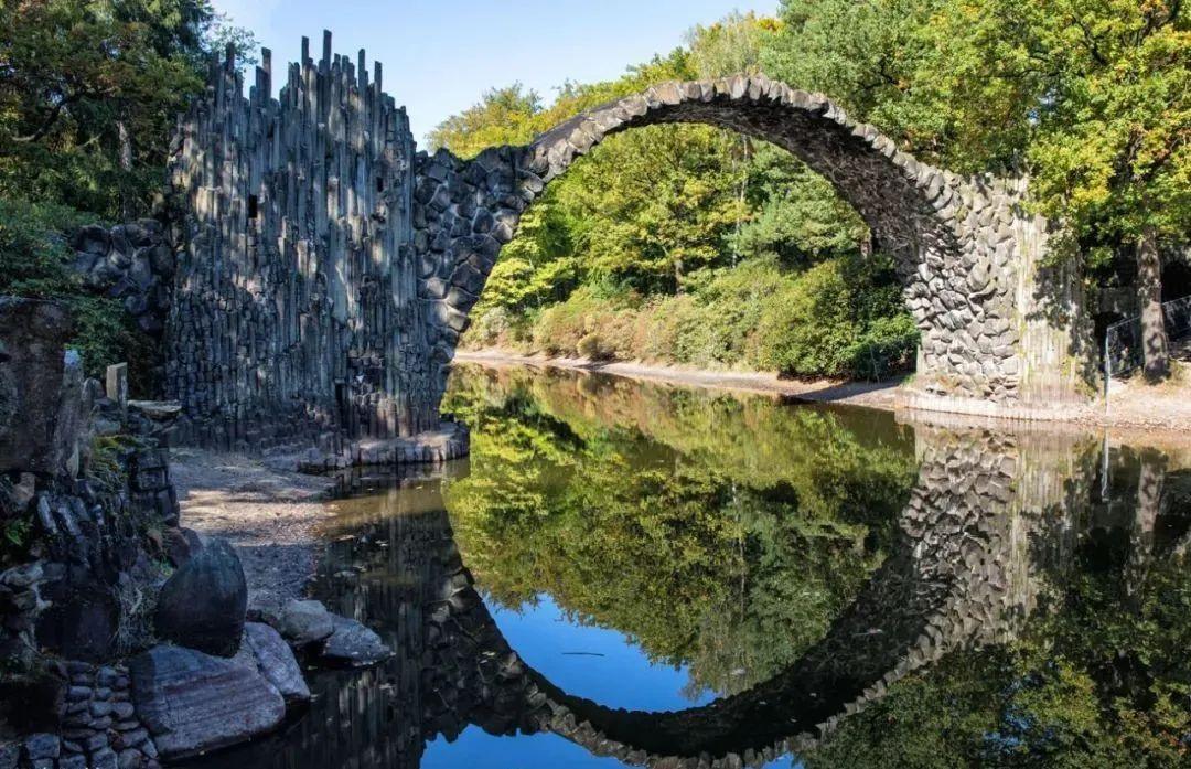 """拉科茨桥是一座""""魔鬼桥""""。这是古代欧洲的一种桥,看起来岌岌可危,当地人认为只有魔鬼能建造它们,用于交换人的灵魂。 图源:Earth Trekkers"""