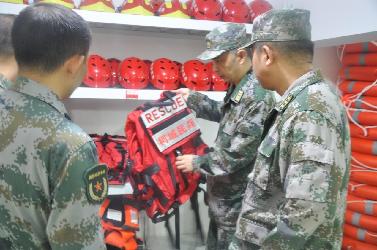 军分区王波政委检查人武部防汛物资准备情况