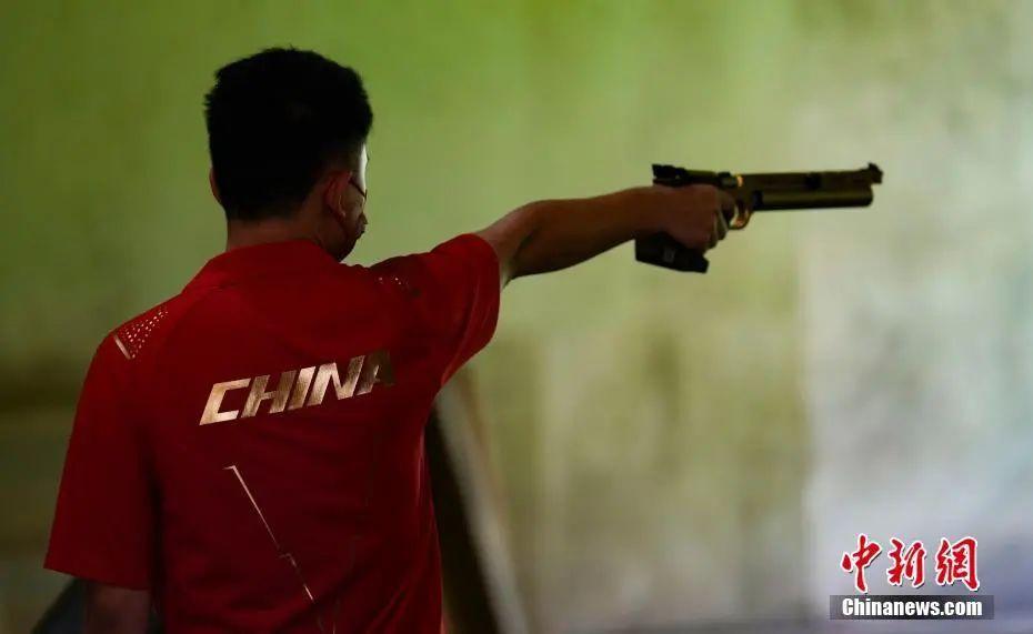 资料图:7月21日,日本东京奥运会射击馆,中国射击队运动员在进行赛前训练。中新社记者 杜洋 摄