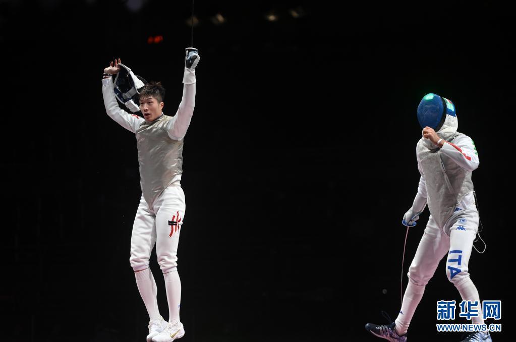 7月26日,中国香港选手张家朗(左)在比赛后庆祝夺冠。