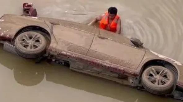 泡水16個小時,救了50多人……他在京廣北路隧道拼過命