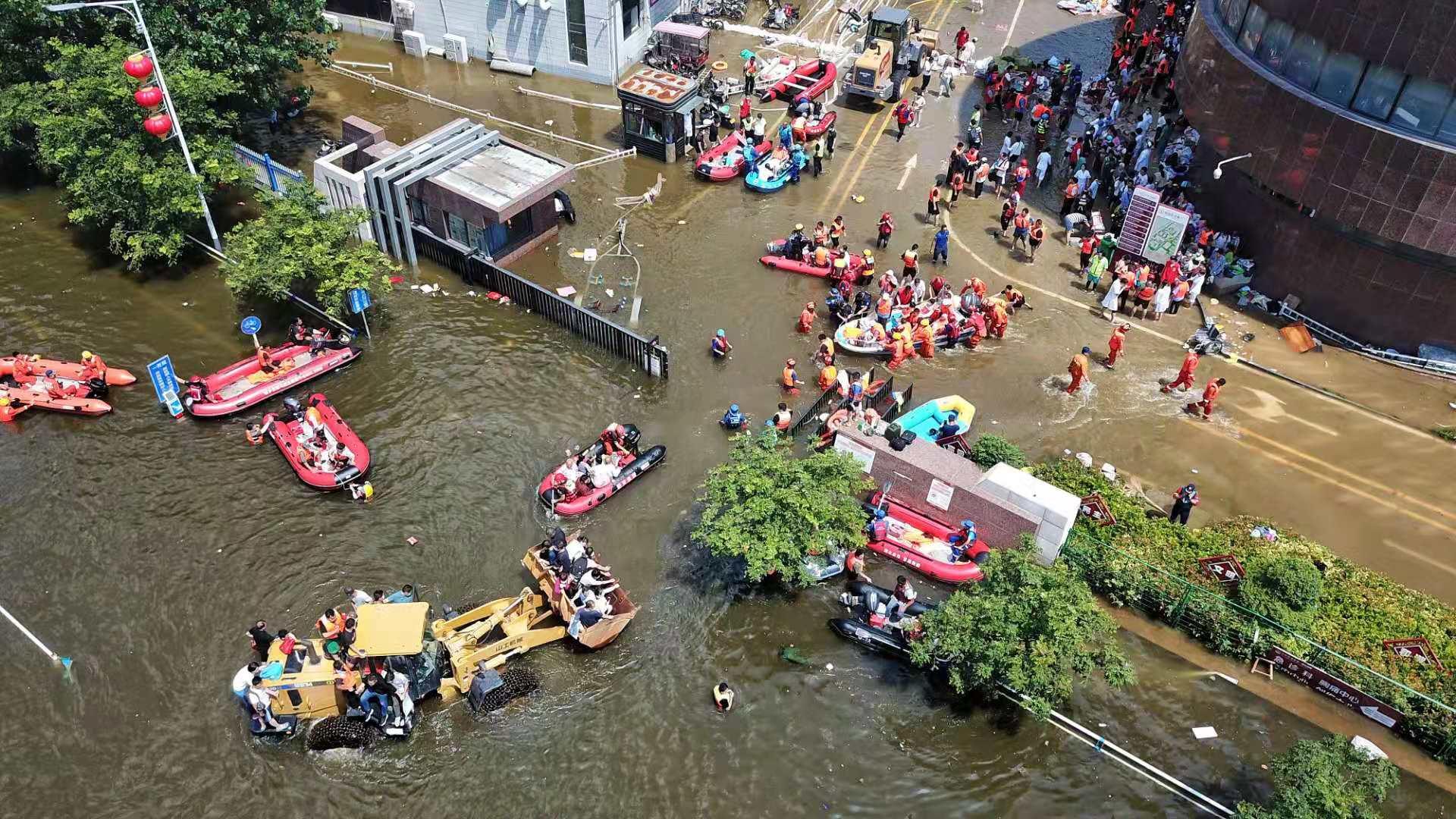 26日下午,新乡医学院第一附属医院,多个救援队的冲锋舟参与转运病人。新京报记者 王飞 摄