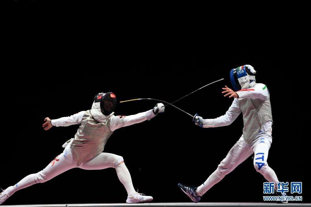 7月26日,中国香港选手张家朗(左)与意大利选手加罗佐在比赛中。