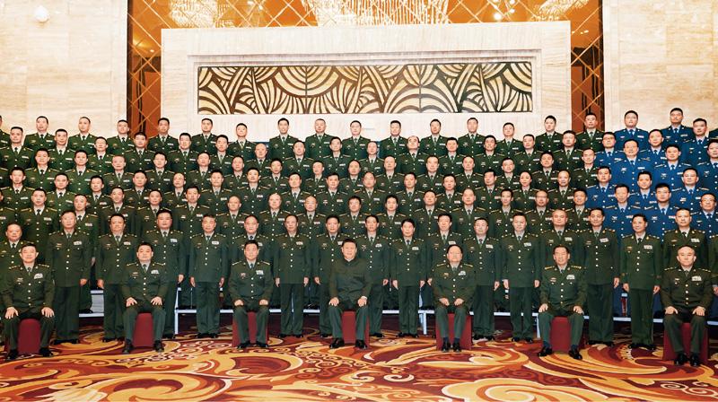 2021年7月21日至23日,中共中央总书记、国家主席、中央军委主席习近平来到西藏,祝贺西藏和平解放70周年,看望慰问西藏各族干部群众。这是23日上午,习近平在拉萨亲切接见驻西藏部队官兵代表,向驻西藏部队全体指战员致以诚挚的问候,对驻西藏部队作出的突出贡献给予充分肯定。 新华社记者 李刚/摄