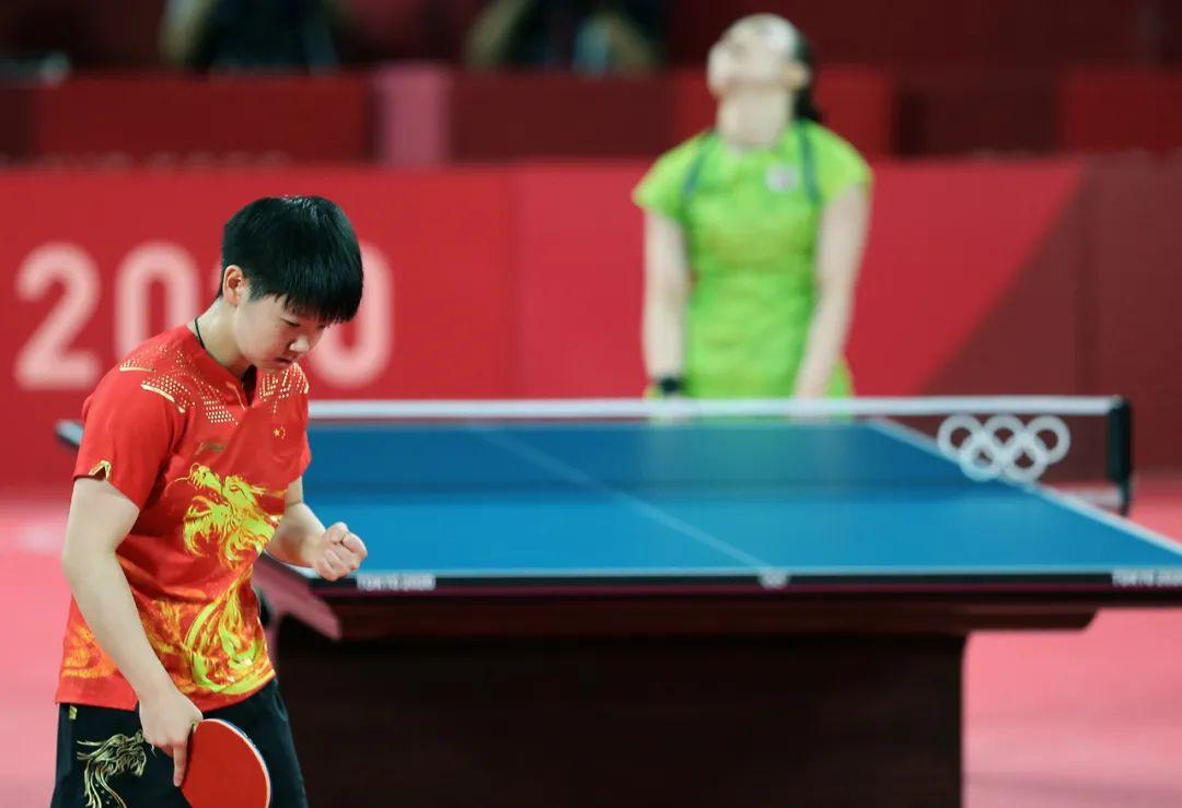 半决赛,孙颖莎横扫日本选手伊藤美诚。图/新华社
