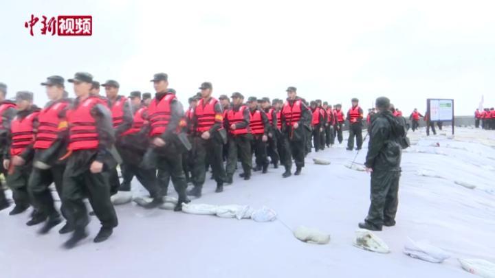 """直击台风""""烟花"""":武警官兵完成对浙江平湖码头堤坝加固"""
