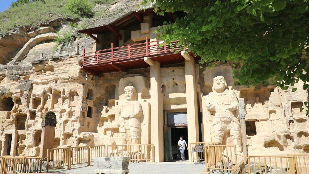 游客正在参观石道坡遗址毗邻的北石窟寺 新华社记者 李杰 摄