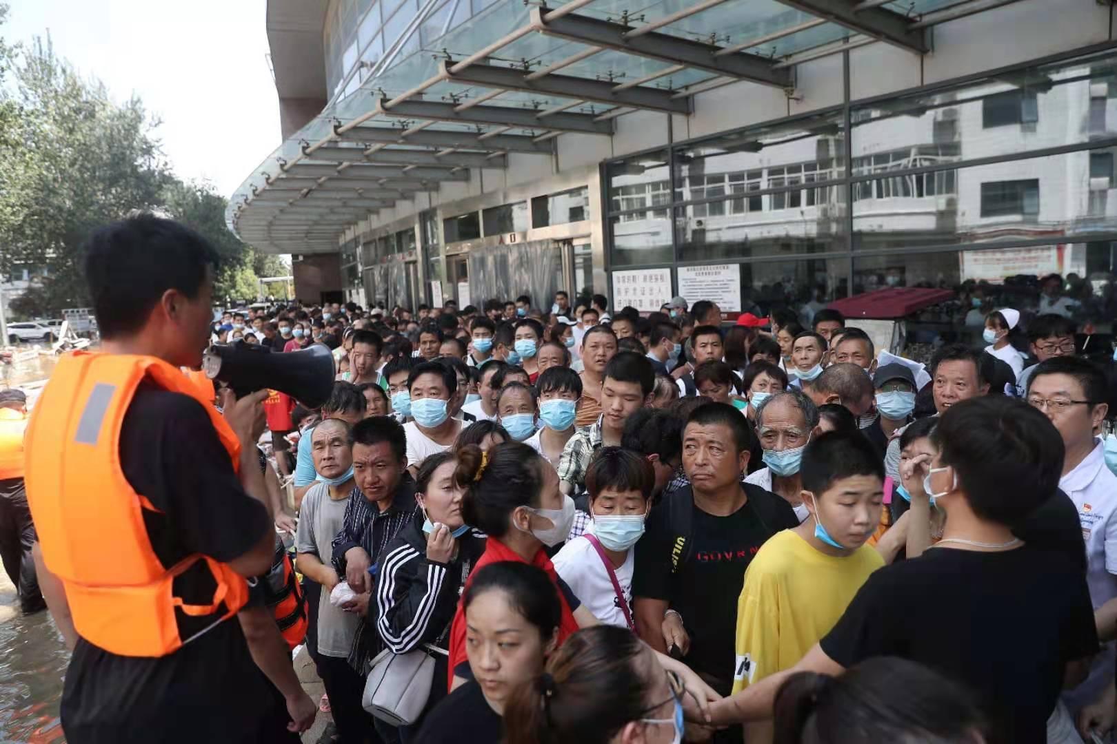 26日下午,排队等待的病人和家属。新京报记者 王飞 摄