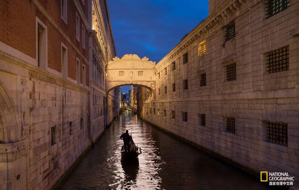 游客们可以乘坐贡多拉船从浪漫的叹息桥下穿过 图源:BUENA VISTA IMAGES/GETTY IMAGES