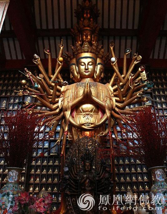 龙华古寺圆通宝殿供奉广西最高大的香樟木雕千手观音圣像(图片来源:凤凰网佛教)