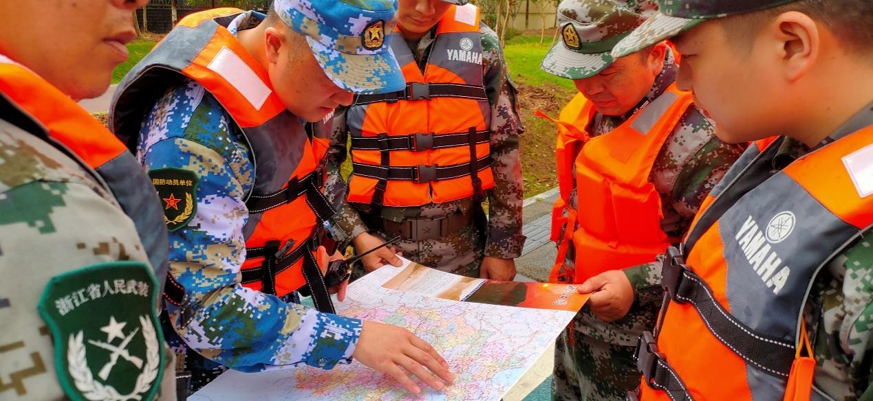 指挥员使用交通地图标定行军路线