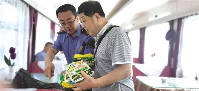 乘务人员将食物分给旅客