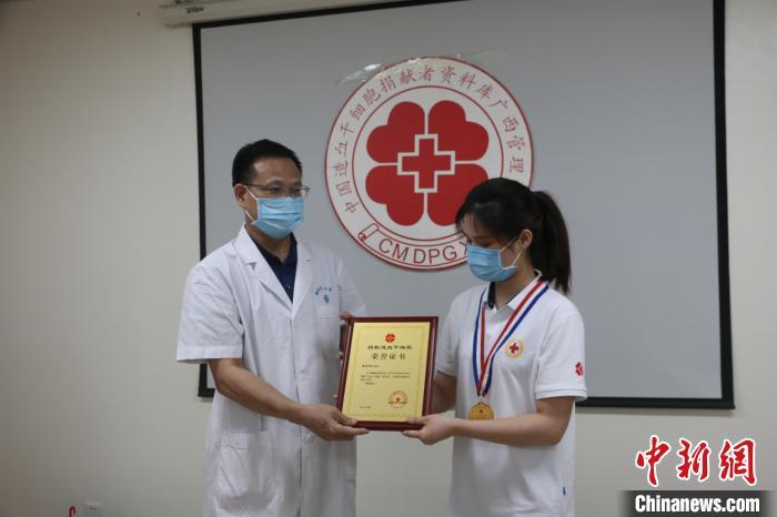 小黎(右)捐献造血干细胞后获慰问。 林馨 摄
