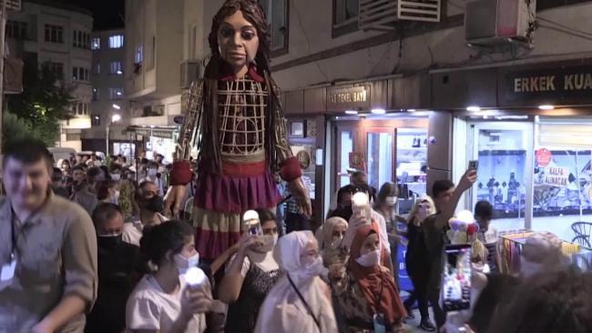 """巨型木偶将""""行走""""欧洲 呼吁民众关注叙利亚难民儿童问题"""