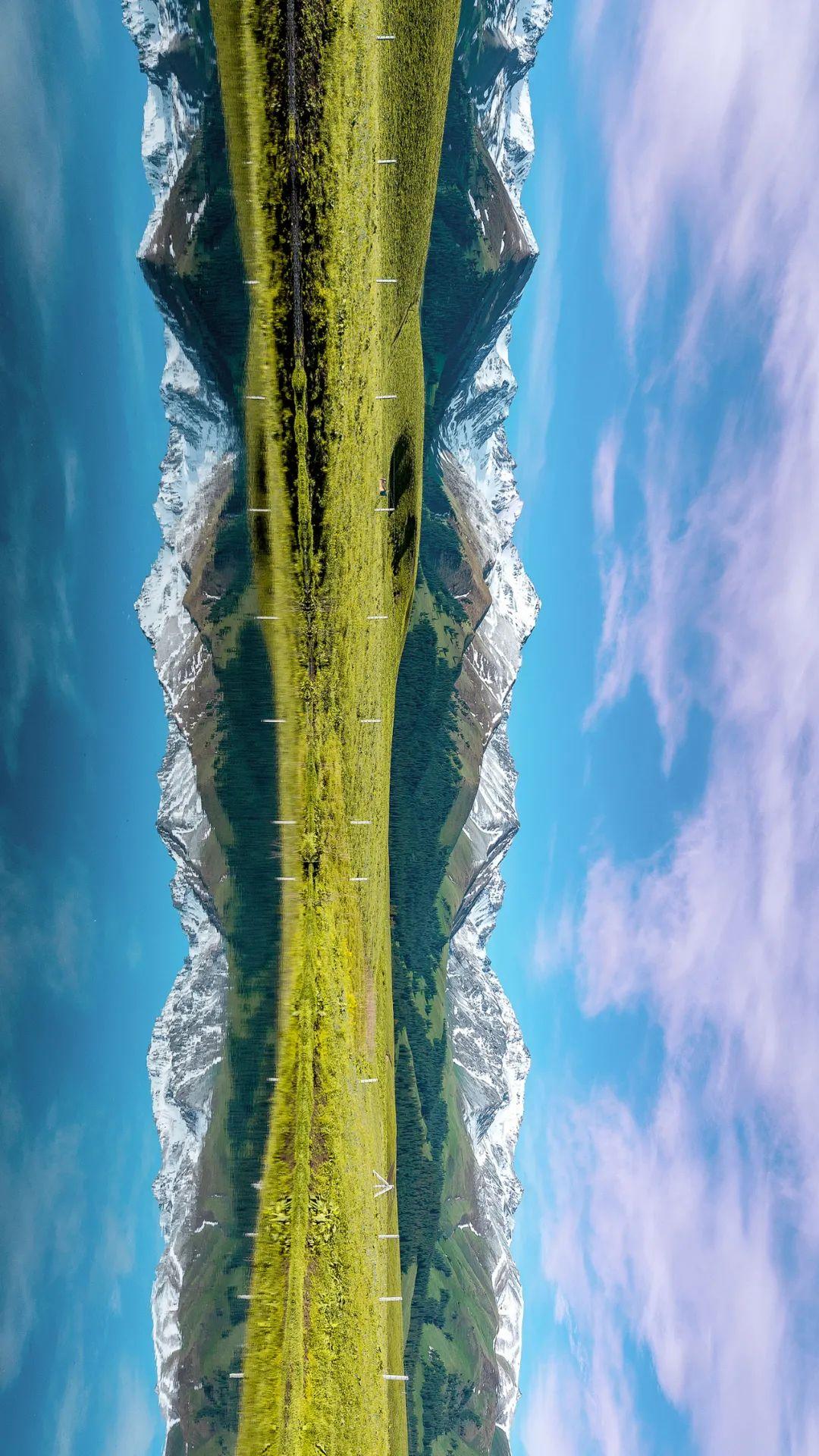 ▲ 那拉提山下的草原,倒映在深蓝的湖水之中。摄影/万瑞