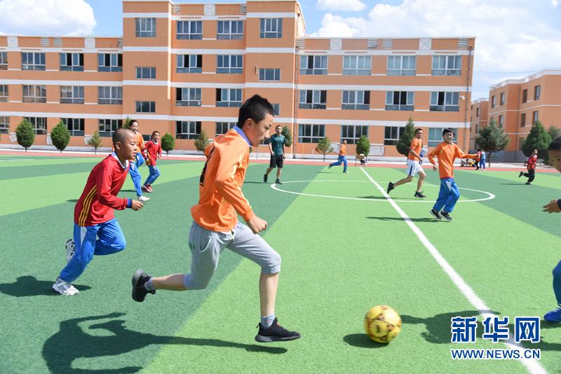 会宁县河畔镇中心小学的足球队在进行训练崔翰超 摄
