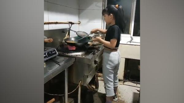 爸爸经营饭店,9岁女孩颠锅技术娴熟走红