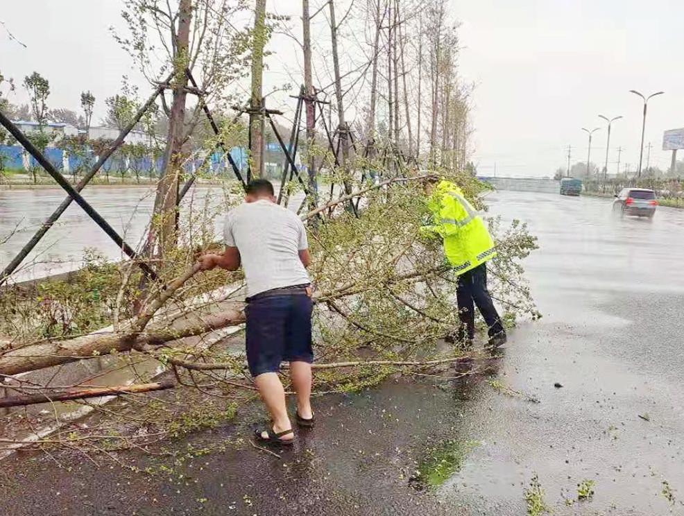 商丘市交警支队:迅速作出反应 科学部署 积极应对大风暴雨恶劣天气