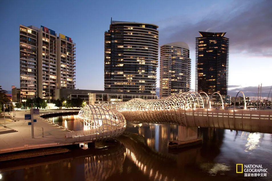 韦伯桥位于澳大利亚墨尔本,由世界著名的雕塑家Robert Owen设计,连接着达克兰和维多利亚港。 图源:ALAMY STOCK PHOTO