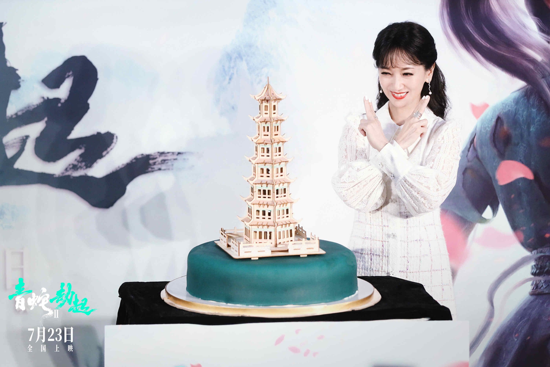 """赵雅芝用白娘子施法的经典手势推倒""""雷峰塔""""。"""