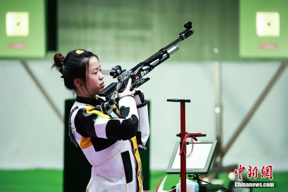 资料图:7月24日举行的东京奥运会女子10米气步枪决赛中,中国选手杨倩夺得冠军,为中国代表团揽入本届奥运会第一枚金牌。这也是本届东京奥运会诞生的首枚金牌。图片来源:视觉中国