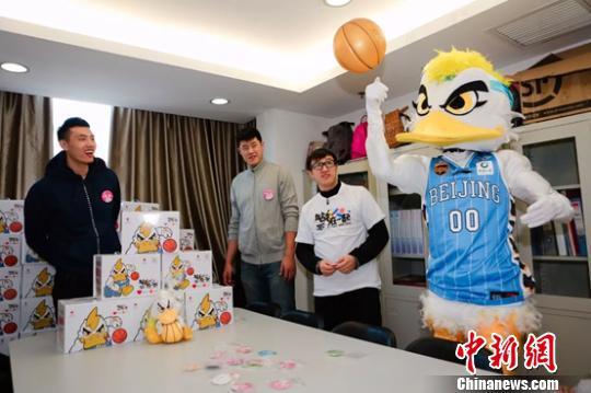 来自北京首钢篮球俱乐部的两位篮球明星白血病患儿。图源中新网