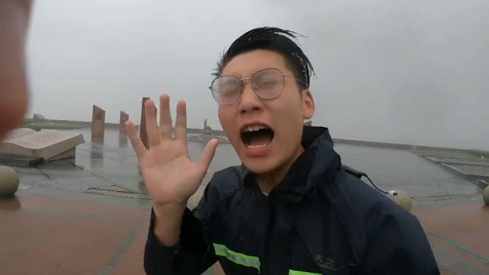 """""""嘶吼式""""报道的上海气象记者:当时一下车 风就给我吹懵了"""