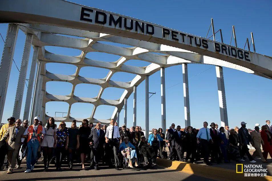 2015年,时任美国总统的奥巴马、前总统小布什等显要人物在这座有历史意义的桥上行走。 图源:PETE SOUZA, OFFICIAL WHITE HOUSE PHOTO