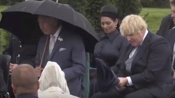 活动突遇降雨,鲍里斯伞被吹翻逗乐查尔斯