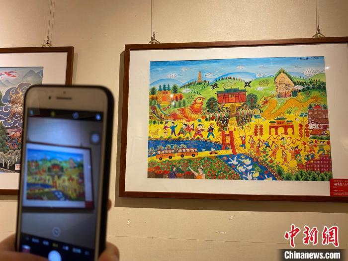 农民艺术家用画笔真实记录家乡的点滴,反映了农村变化和农民幸福生活。 徐雪 摄