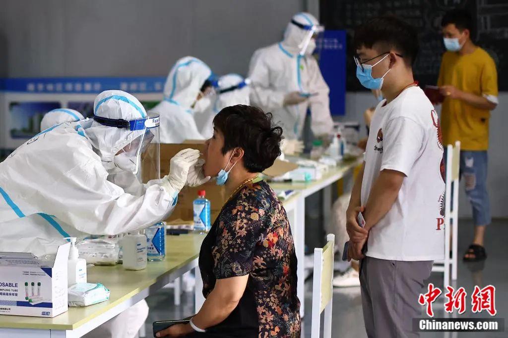 南京开展全员核酸检测。泱波 摄