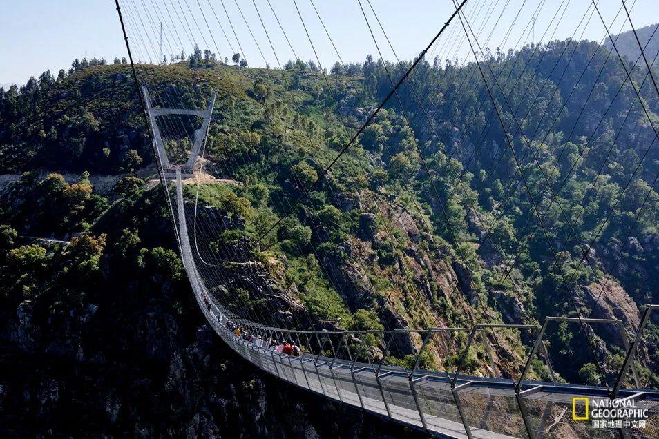 每天,导游都会带着约70个人从桥上走过,而该桥的单日最大接待量为500名游客。 图源:HORACIO VILLALOBOS, CORBIS/GETTY IMAGES