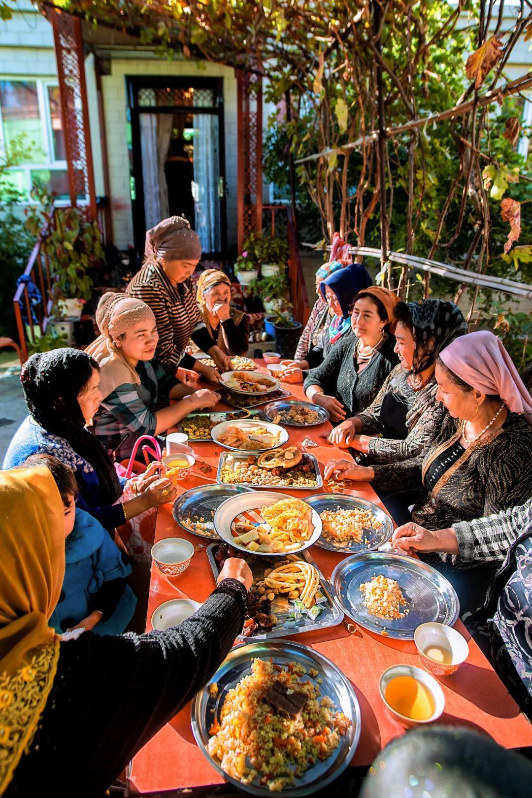▲ 姐妹们的聚餐。摄影/赖宇宁