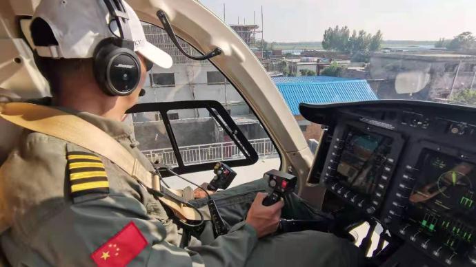 上海直升机连续多日赴河南救灾,为被困村民空运物资