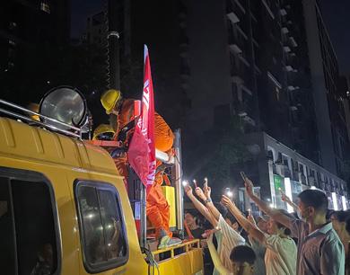 郑州居民用手机为抢修人员照明