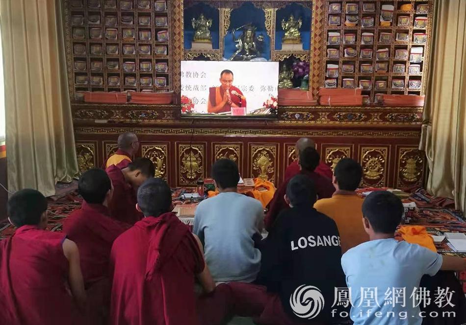 丽江市藏传佛教僧团收看讲经交流直播(图片来源:凤凰网佛教 摄影:明捐法师)