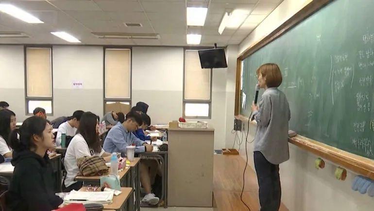 在韩国,家庭不好的孩子别无选择,他们只能自愿承担更多的学业压力。