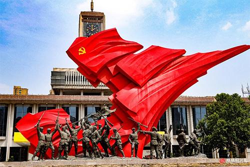 """石家庄解放广场上的""""胜利之城""""雕塑,为了纪念石家庄1947年11月12日解放。在雕塑中的战士形象既有正规部队又有地方武装,还有民兵。正是这三种武装力量的协同作战,才有了石家庄的解放。"""