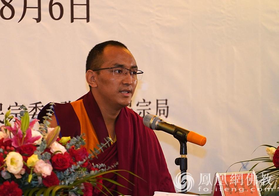 格茸单争拓然巴代表藏传佛教示范讲经(图片来源:凤凰网佛教 摄影:明捐法师)