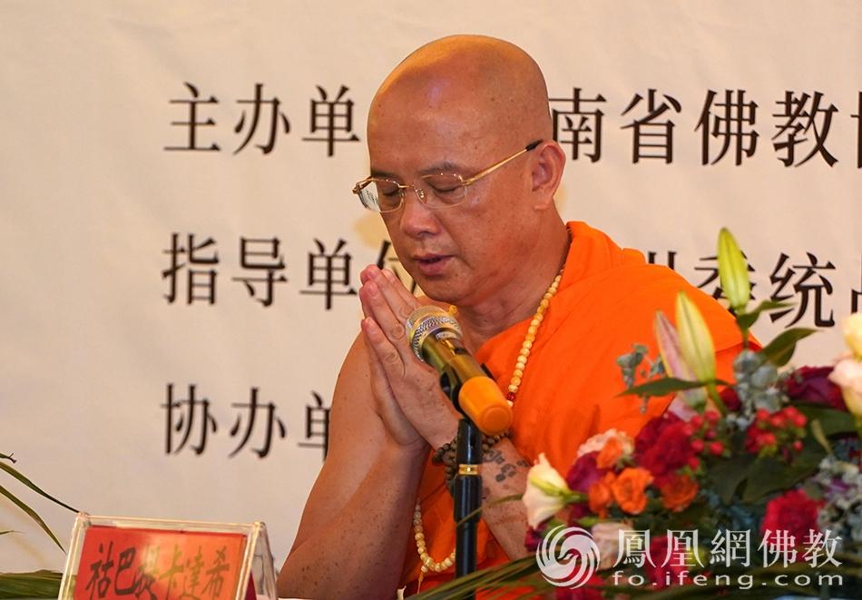 云南省佛教协会副会长祜巴提卡达希代表南传佛教示范讲经(图片来源:凤凰网佛教 摄影:明捐法师)
