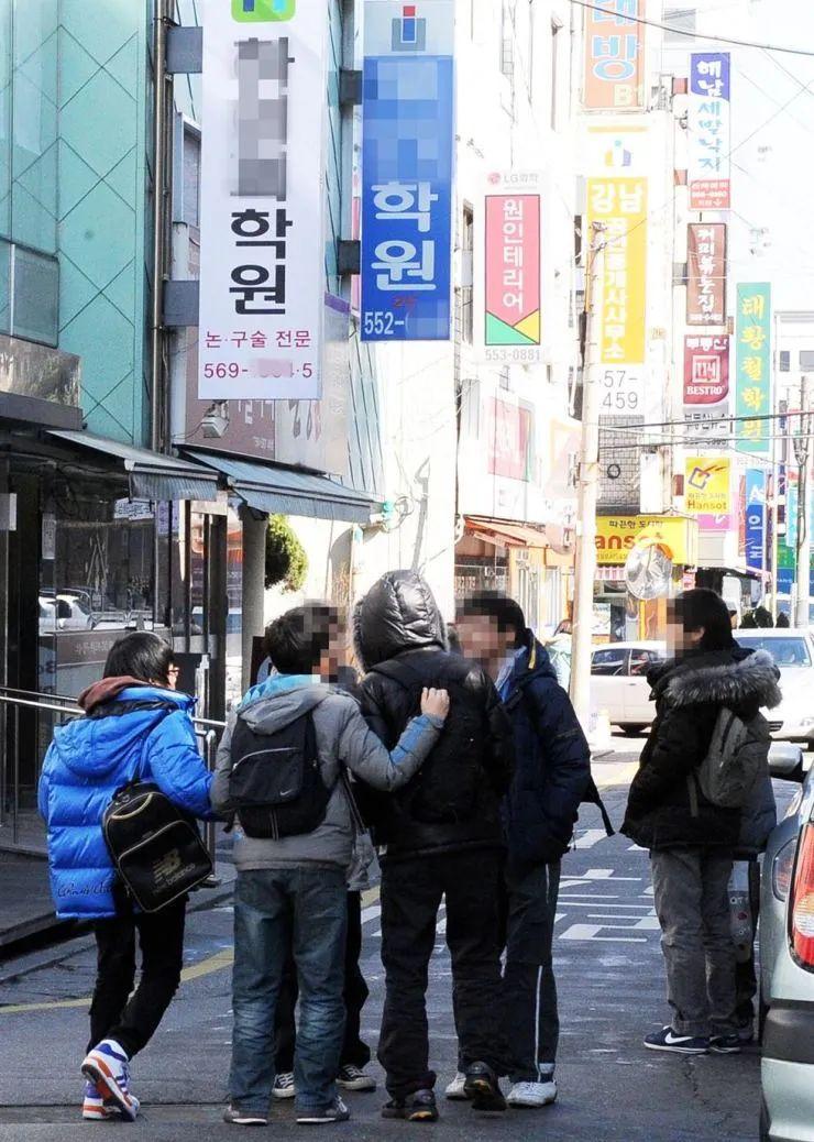 韩国学生们背着书包,路过几家培训机构。