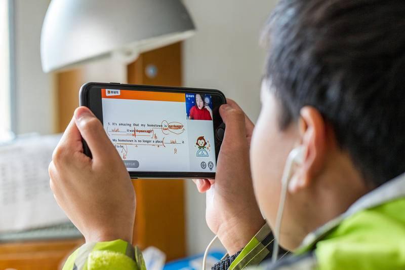2021年3月31日,上海,一儿童通过在线教育学习。图源:cfp
