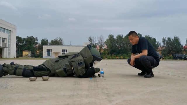 警犬训练员考8次成排爆专家:穿76斤排爆服训练,8年拆弹200枚